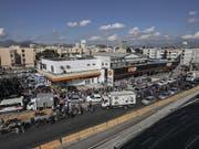 Kein Treibstoff, kein Obst, keine Produktion: Ein Streik von Lastwagenfahrern beeinträchtigt - wie etwa in Rio de Janeiro - das ganze Land. (Bild: KEYSTONE/EPA EFE/ANTONIO LACERDA)