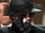 Maike Kohl-Richter an der Beerdigung ihres verstorbenen Mannes: Die Witwe erbt eine Entschädigung über eine Million Euro nicht, entschied ein Gericht in Köln. (Bild: KEYSTONE/EPA GETTY IMAGES POOL/SEAN GALLUP / POOL)
