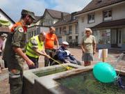 Hatten sichtlich Spass: Die Bewohner des Wolfgang-Zentrums und die Zivilschützer. (Bild: Angelina Donati)