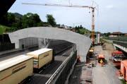 Mai 2008: Die Überdachung der Autobahngalerie in Hergiswil wird verlängert. (Archivbild: NZ)