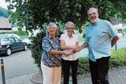 Gemeindepräsidentin Annemarie Moret (Mitte) begrüsst die neuen Berlinger Bürger Denise und Herbert Schmitz. (Bild: Judith Meyer)