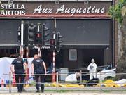 Polizisten untersuchen einen der Tatorte: Die Ermittler gehen mittlerweile von einem Terroranschlag aus. (Bild: KEYSTONE/AP/GEERT VANDEN WIJNGAERT)
