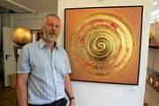 Von Seylech Leuthard ging die Idee «Holz & Gold» aus: Er bringt in seinen Werken die beiden Materialien zusammen. Bild: Romano Cuonz (Kägiswil, 25. Mai 2018)