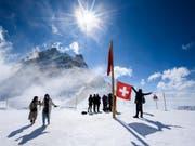 Dürften auch im Sommer zahlreicher kommen: Touristen auf dem Jugfraujoch (Bild: KEYSTONE/ANTHONY ANEX)