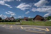 Auf dieser Wiese soll die neue Überbauung zu stehen kommen. Im Hintergrund: der Meierhof. (Bild: Pius Amrein (Sempach, 29. Mai 2018))