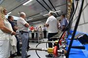 Keine Bierzapfhähne seien das, meint Kommandant Andreas Bösch im roten Shirt, sondern die Auffüllstation für die Atemluftflaschen.