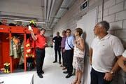 Der Amriswiler Feuerwehr-Kommandant Andreas Bösch zeigt Mitgliedern des Gewerbevereins die Umkleidekabine der Männer. (Bilder: Manuel Nagel)