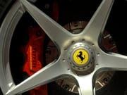 Ferrari ist gut ins neue Jahr gestartet. Der italienische Luxusautobauer steigerte den Gewinn im ersten Quartal um fast ein Fünftel. (Bild: Keystone/AP/MARCO VASINI)