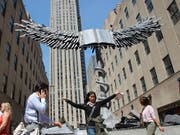 """Vor dem Rockefeller Center in New York ist die Skulptur """"Uraeus"""" des Künstlers Anselm Kiefer aufgestellt worden. (Bild: Keystone/dpa/Christina Horsten)"""