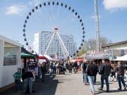 Das Riesenrad ist ein Markenzeichen der Berner Frühjahrsmesse BEA, die am Freitag ihre Tore öffnet. (Archivfoto) (Bild: KEYSTONE/ANTHONY ANEX)