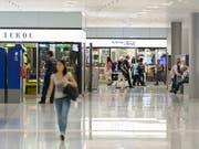 Einkaufsflächen in Bahnhöfen spielen pro Quadratmeter mehr Geld ein als Shoppingcenter. (Bild: KEYSTONE/CHRISTIAN BEUTLER)