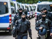 Mit hunderten Beamten führt die Polizei eine Razzia in einem Flüchtlingszentrum durch, nachdem dessen Insassen die Abschiebung eines Asylbewerbers verhindert hatten. (Bild: KEYSTONE/EPA SDMG/KOHLS/SDMG)