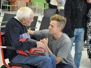 Nimmt Abschied: Der 104-jährige Botaniker David Goodall mit seinem Enkel am Flughafen Perth. (Bild: KEYSTONE/EPA AAP/SOPHIE MOORE)