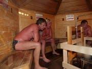 Der Finne Bjarne Hermansson (links) ist Weltmeister im Saunieren. Neben vielen Gesundheitsvorteilen, die regelmässige Saunabesuche mit sich bringen, haben Forscher nun gezeigt, dass Saunabesuche auch das Schlaganfallrisiko senken können. (Symbolbild) (Bild: KEYSTONE/EPA/PETRI PUROMIES)