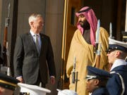US-Verteidigungsminister Jim Mattis empfing den saudischen Kronprinzen und Verteidigungsminister Mohammed bin Salman im März im Pentagon. Die USA haben ihre Allianz mit Saudi-Arabien seit dem Amtsantritt von Präsident Trump verstärkt. (Bild: KEYSTONE/FR170079 AP/CLIFF OWEN)