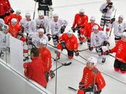 Die Spieler des Schweizer Nationalteams hören Trainer Patrick Fischer (vorne links) im Training genau zu (Bild: KEYSTONE/WALTER BIERI)