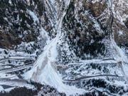 Im Wallis und in Graubünden sind im vergangenen Winter viele grosse und auch sehr grosse Lawinen niedergegangen. Strassen- und Eisenbahngalerien in Goppenstein VS wurden fast vollständig überschüttet. (Bild: M. Schär, SLF)