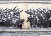Einander zugeneigt: Agnès Varda und JR imitieren in Château-Arnoux-Saint-Auban die Pose der Fabrikarbeiter. (Bild: Filmcoopi)