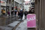 Neben den üblichen Ausverkaufsaktionen häufen sich in der St.Galler Innenstadt auch die Sonderverkäufe wegen Ladenschliessungen. Ab Freitag findet etwa ein solcher im «Finnshop» in der Neugasse statt. (Bild: Michaela Rohrer)