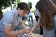 Kevin Fiala erfüllte geduldig Autogrammwünsche (Bilder: Simon Dudle)
