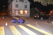 Der Motorradfahrer wurde beim Zusammenstoss verletzt und musste mit der Rettung ins Spital gebracht werden. (Bild: Kantonspolizei)