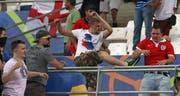 Szenen der Gewalt überschatteten die EM in Frankreich. Wiederholen sich solche Bilder in Russland? Das Foto zeigt, wie ein russischer Fan im Stadion Velodrome auf einen Engländer losgeht (11. Juni 2016). (AP Photo/Thanassis Stavrakis)