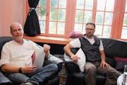 Das erste Kunst- und Literatur-Café im «Chessi» mit Moderator Edgar Stöckli und Holzbildhauer Reto Odermatt (rechts) als Gast. (Bild: Marion Wannemacher (Sarnen, 25. Mai 2018))