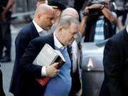 Harvey Weinstein stellte sich am Freitag in New York der Polizei. Er ist nach Zahlung einer Millionen-Kaution wieder auf freiem Fuss. (Bild: KEYSTONE/AP/JULIO CORTEZ)