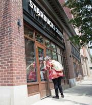 Eine Passantin steht bei Starbucks vor verschlossenen Türen. (Bild: Tracie van Auken/Key (Philadelphia, 29. Mai 2018))