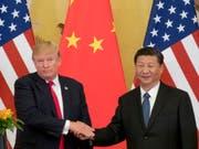 China bemängelt die Vorgehensweise von US-Präsident Donald Trump (links) bei der Verhängung neuer Strafzölle. (Bild: KEYSTONE/AP/ANDREW HARNIK)