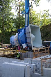 Die 17 Tonnen schwere Turbine des Kleinkraftwerks Grafenau wird millimetergenau in den Rohbau eingepasst. (Bild: Reto Voneschen)