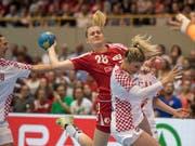 Chantal Wick (Mitte) hat es gegen zwei Kroatinnen nicht einfach, zum Abschluss zu kommen (Bild: Keystone/URS FLUEELER)