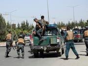Afghanische Sicherheitskräfte erreichen den Ort des Angriffs: Bei Kämpfen vor dem Innenministerium in Kabul wurde alle Attentäter getötet. (Bild: KEYSTONE/AP/RAHMAT GUL)