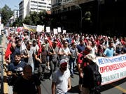 Protestierende in Athen: Der Zorn richtet sich gegen die nicht zu Ende gehenden Sparmassnahmen der Regierung. (Bild: KEYSTONE/EPA ANA-MPA/ALEXANDROS VLACHOS)