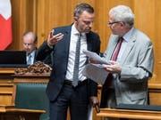 Der Nationalrat hat am Mittwoch eine hitzige Debatte zur Selbstbestimmungsinitiative geführt. Im Bild Hans-Ueli Vogt (SVP/ZH), links, und Kurt Fluri (FDP/SO). Die beiden sind nicht einer Meinung. (Bild: KEYSTONE/ALESSANDRO DELLA VALLE)