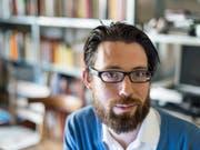 Schriftsteller und Musiker Raphael Urweider ist einer der sechs Trägerinnen und Träger der diesjährigen Literaturpreise des Kantons Bern. (Bild: Keystone/ALESSANDRO DELLA VALLE)