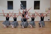Die Pierretten und der Pierrot der Sarner Ballettklasse 1 a/b zeigen in der «Puppenfee» eine anspruchsvolle und akrobatische Einlage. Bild: PD