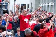 Schweizer Fans freuen sich über ein Tor ihrer Mannschaft. (Bild: Dominik Wunderli)