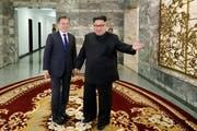 Der Südkoreanische Präsident Moon Jae-In (links) und der Nordkoreanische Machthaber Kim Jong-Un beim zweiten Treffen auf der Nordkoreanischen Seite der entmilitarisierten Zone in Paju. (Bild: EPA (Paju, 26. Mai 2018))