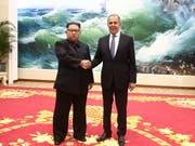 Nordkoreas Machthaber Kim Jong Un bei seinem Treffen mit dem russischen Aussenminister Sergej Lawrow am Donnerstag. (Bild: KEYSTONE/EPA Russian Foreign Ministry)