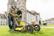 Fast wie Rasenmähen: Archäologen aus Wien scannen mit einem Radargerät den Untergrund des Klosterplatzes. (Bild: 5. April 2017)