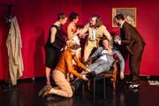 Auch theatralisch hat das Tanzensemble einiges zu bieten, wie in dieser Szene im Stile von Agatha Christie. (Bilder: Ingo Höhn /Luzerner Theater)