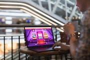 Ein Mann spielt auf der Webseite eines ausländischen Glücksspielanbieters (gestellte Szene). (Bild: Gaetan Bally / Keystone (Zürich, 12. April 2018))