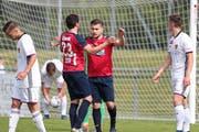 Dejan Jakovljevic (Mitte) erzielt den dritten Chamer Treffer. (Bild: Roger Zbinden)