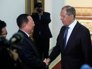 Der nordkoreanische Aussenminister Ri Yong Ho empfängt seinen russischen Amtskollegen Sergej Lawrow. (Bild: KEYSTONE/AP/JON CHOL JIN)