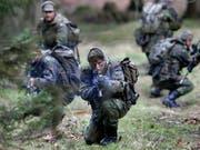 Soldaten beim Training auf dem Truppenübungsplatz Munster in Norddeutschland. (Bild: KEYSTONE/AP/MICHAEL SOHN)