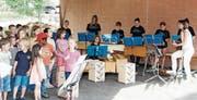 Unter der Leitung von Monika Meyenhofer spielten und sangen die Schüler ihren Schulhaus-Boogie. (Bild: Dieter Ritter)