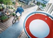 Derzeit noch verboten: die Fahrt mit dem Velo auf dem Balieresteg. (Bild: Andrea Stalder)