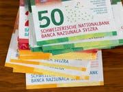 Der Schweizer liebstes Zahlungsmittel: Bargeld. (Bild: KEYSTONE/GAETAN BALLY)