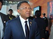 Madagaskars Präsident Hery Rajaonarimampianina soll nach dem Willen des Verfassungsgerichts mit der Opposition eine Einheitsregierung bilden. Sonst droht dem Land der Einsatz der Armee. (Bild: KEYSTONE/EPA/DANIEL GETACHEW)